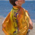 Σουφλιώτικο Μεταξωτό γυναικείο χειροποίητο μαντίλι – Χρυσό και καφέ – Νίκη της Σαμοθράκης 70 Χ 70 εκ.