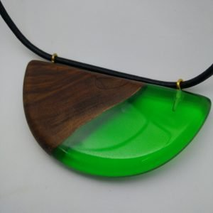 Κρεμαστό από Ελιά και πρασσινη ρητίνη με μαύρο κορδόνι 6x10x1 εκ.