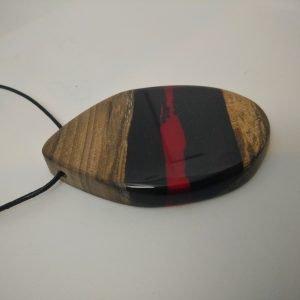 Κρεμαστό από Καρυδιά και κόκκινη ρητίνη με μαύρο κορδόνι 5x8x1 εκ.
