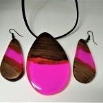 Σετ κρεμαστό και σκουλαρίκια από Καρυδιά και ροζ ρητίνη με μαύρο κορδόνι