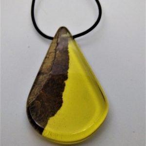 Κρεμαστό από Δρυ και κίτρινη ρητίνη με μαύρο κορδόνι 8x5x1,5εκ.