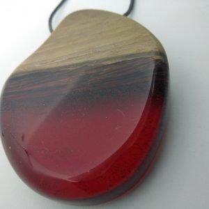 Κρεμαστό από Καρυδιά και κόκκινη ρητίνη με μαύρο κορδόνι 8x5x2 εκ.