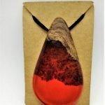 Κρεμαστό από Δρυ και κόκκινη ρητίνη με μαύρο κορδόνι 8x4x1,5 εκ.