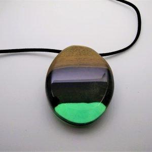 Κρεμαστό από Καρυδιά και πράσινη ρητίνη με μαύρο κορδόνι 8x5x2 εκ.